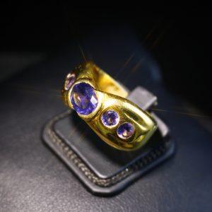 Δαχτυλίδι σε ασήμι 925 με διπλό επιχρύσωμα 14k. Το δαχτυλίδι είναι διακοσμημένο με 5 Ιολίτες ορυκτούς και 100% φυσικούς.