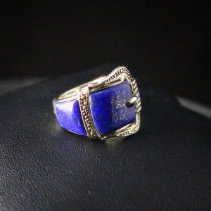 Δαχτυλίδι σε ασήμι 925 με διπλό επιχρύσωμα στα 14k. Το δαχτυλίδι είναι διακοσμημένο με λίθους Λάπις Λάζουλι.