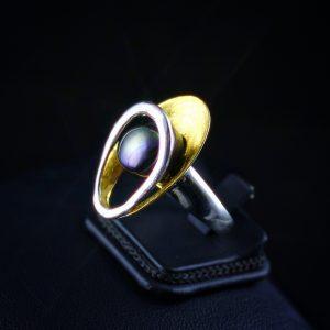 Δαχτυλίδι σε ασήμι 925 με κίτρινο και λευκό επιχρύσωμα 14k και ένα Μαργαριτάρι γλυκού νερού, Φυσικό 100%.