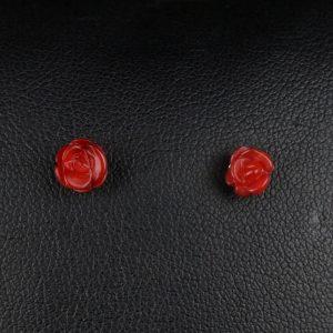 Σκουλαρίκια λοβού σε ασήμι 925 με κόκκινο Κοράλλι σε σχήμα τριαντάφυλλου.