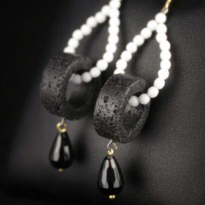 Σκουλαρίκια σε ασήμι 925 επιχρυσωμένο με 100% φυσικούς Λευκούς και Μαύρους Όνυχες και Μαύρη Λάβα