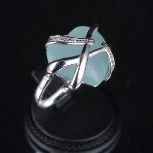 Δαχτυλίδι σε ασήμι 925 επιπλατινωμένο και διακοσμημένο με 100% φυσικό Γαλάζιο Χαλαζία σε σχήμα Καρδιάς.