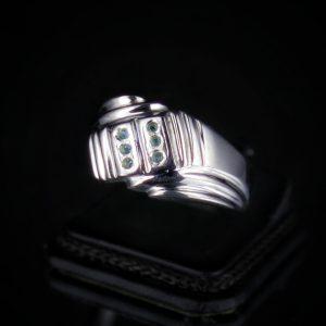 Δαχτυλίδι σε ασήμι 925 επιπλατινωμένο και διακοσμημένο με 100% φυσικούς Τανζανίτες.
