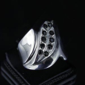 Δαχτυλίδι σε ασήμι 925 τρεις φορές επιπλατινωμένο και διακοσμημένο με 10 μαύρα Spinel, 100% φυσικά.