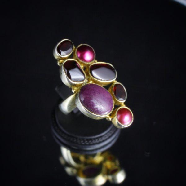 Δαχτυλίδι σε ασήμι 925 διακοσμημένο με ορυκτό Ρουμπίνι, Γρανάτες και 2 μπορντό Μαργαριτάρια.