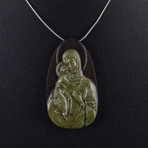 Μενταγιόν από Ίασπη με ανάγλυφη την εικόνα της Παναγίας με το Βρέφος.