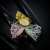 Δαχτυλίδι σε ασήμι 925 με μαύρο και κίτρινο επιχρύσωμα στα 14Κ με σκαλιστή Ακουαμαρίνα στα 39.17 ct, Χαλαζία με χρυσό Ρουτίλιο στα 32.12 ct, Ροζ Χαλαζία στα 30.06 ct Οπάλιο στα 5.00 ct, Χρωμοδιοψίδιο στα 0.60 ct. Με συνολικό βάρος τα 106.95 ct και προελεύσεις από την Βραζιλία, την Αιθιοπία και την Ρωσία (ΚΩΔ 6304Α)