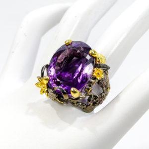 Χειροποίητο δαχτυλίδι σε ασήμι 925 με μαύρο και κίτρινο επιχρύσωμα στα 14Κ με οβάλ Αμέθυστο στα 82.00 ct και Ροδολίτες στα 0.97 ct από την Βραζιλία (ΚΩΔ 10013Α)