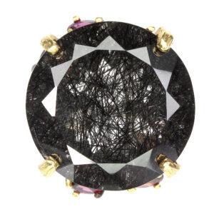 Χειροποίητο δαχτυλίδι σε ασήμι 925 με μαύρο και κίτρινο επιχρύσωμα στα 14Κ με κεντρικό λίθο Χαλαζία με εγκλείσματα μαύρου Ρουτιλίου στα 21.12 ct και 8 Ροδολίτες Γρανάτες στα 3.20 ct από την Βραζιλία και την Αφρική (ΚΩΔ 5582Γ)