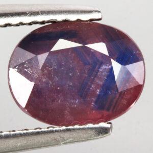 Ρουμπινοζάφειρο ένα σπάνιο φαινόμενο όπου έχουν δημιουργηθεί και τα δύο πετράδια σε ένα σώμα, όπως βλέπεται και στις φωτογραφίες είναι ευδιάκριτα και τα δύο πετράδια στο κέντρο του λίθου. Το πετράδι έχει κοπή σε οβάλ σχήμα και είναι στα 2.84 ct με προέλευση την Αφρική (ΚΩΔ 5827Α)