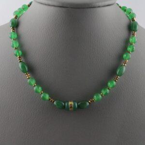 Χειροποίητο κολιέ σε ασήμι 925 και χρυσό 22Κ με πράσινο Jade ή Ιαδεΐτης σε Round, Fancy και Barel κοπές σε τρείς αποχρώσεις του πράσινου. Το κόσμημα συμπληρώνεται από Αιματίτες επιχρυσωμένους σε κοπή Rondelle. Το συνολικό βάρος του κοσμήματος είναι στα 185.12 ct (ΚΩΔ 6082B)
