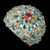 Δαχτυλίδι σε ασήμι 925 με κίτρινο επιχρύσωμα στα 14Κ με τριάντα επτά Τοπάζια Swiss Blue στα 29.80 ct και ένα Ροδολίτη στα 0.40 ct. Οι προελεύσεις των λίθων είναι από την Βραζιλία και την Τανζανία (ΚΩΔ 6683Β)