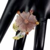Χειροποίητο δαχτυλίδι σε ασήμι 925 με λευκό και κίτρινο επιχρύσωμα στα 14Κ με μία σπάνια Ροζ Αβεντουρίνη σκαλισμένη στο χέρι στα 23.00 ct, έξη πολύχρωμα Ζαφείρια στα 1.20 ct και πέντε Σμαράγδια στο 1.00 ct. Οι προελεύσεις των λίθων είναι από την Βραζιλία, την Σρι Λάνκα και την Ζάμπια. (ΚΩΔ 6686Β)