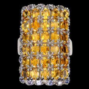Δαχτυλίδι σε ασήμι 925 με λευκό επιχρύσωμα στα 14Κ με τριάντα λίθους Κιτρίνη χαλαζία σε οβάλ κοπή στα 18.00 ct και είκοσι τέσσερις Τανζανίτες σε στρογγυλή κοπή στα 2.40 ct. Οι προελεύσεις των λίθων είναι η Βραζιλία και η Τανζανία (ΚΩΔ 6709Β)